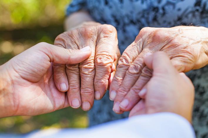 """Parkinson tedavisinde """"beyin pili"""" ilaç kullanımını azaltıyor"""
